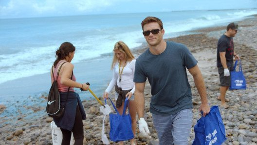 Scott Eastwood mit Freiwilligen bei der Beach Clean-up-Aktion (Bild: Coty Inc.)